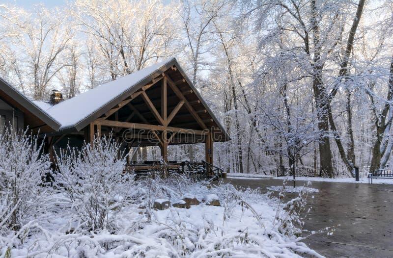 Häuschen des verschneiten Winters stockbild