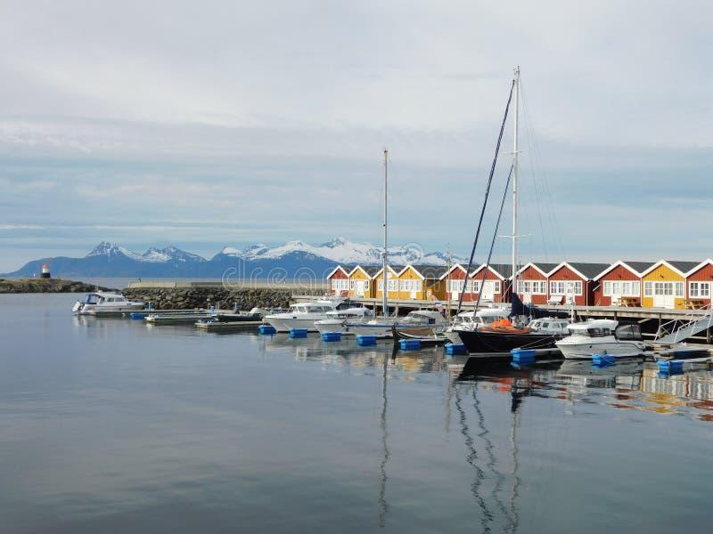 Häuschen, die nahe der Küste unter dem nördlichen Polarkreise fischen stockfotos