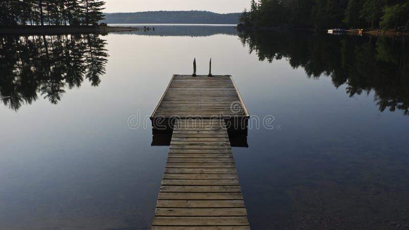 Häuschen-Dock auf See stockfotos