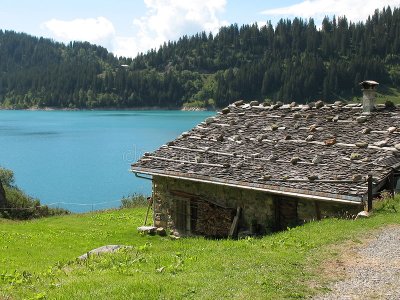 Häuschen durch den See stockbild