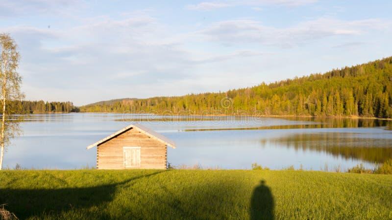 Häuschen, See und Wald stockfotografie