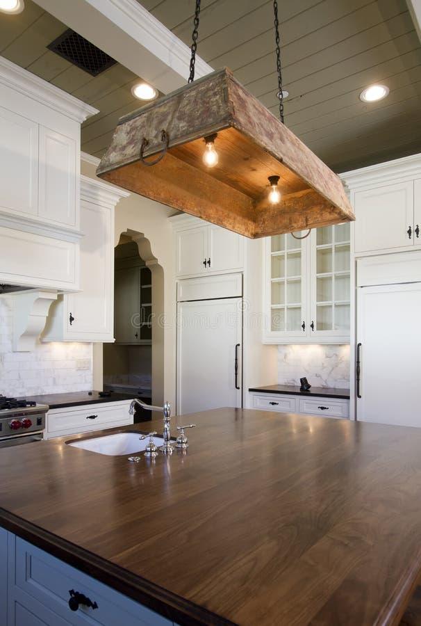 Häuschenart-Weißküche lizenzfreies stockbild