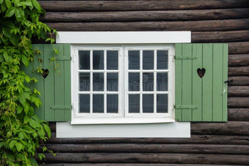 Häuschenfensterfensterläden verziert mit Herzen. Schweden lizenzfreie stockbilder