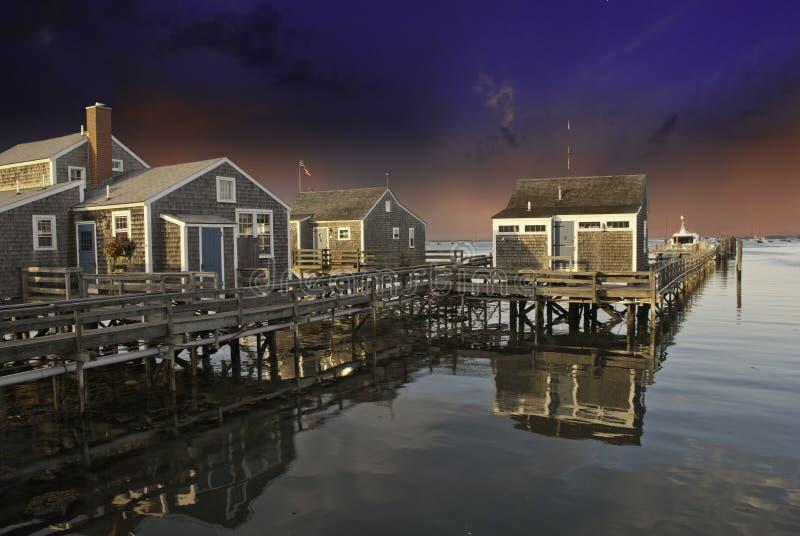 Häuser über Wasser in Nantucket lizenzfreie stockbilder