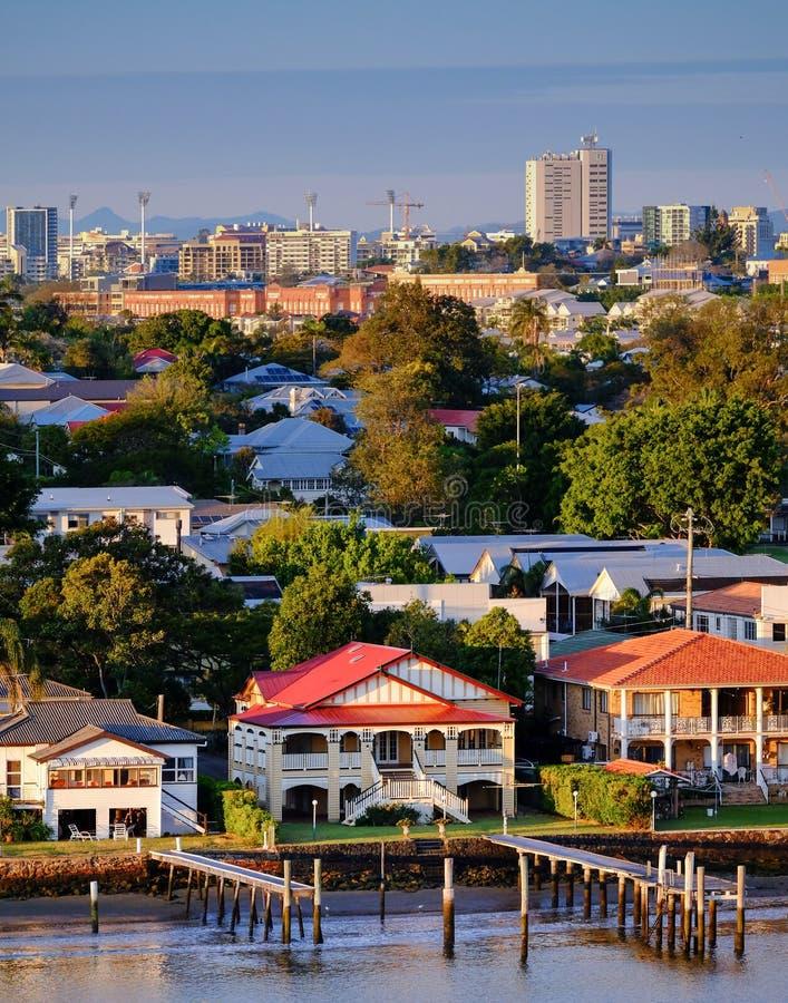 Häuser auf Brisbane-` s Flussufer bei Bulimba stockfoto