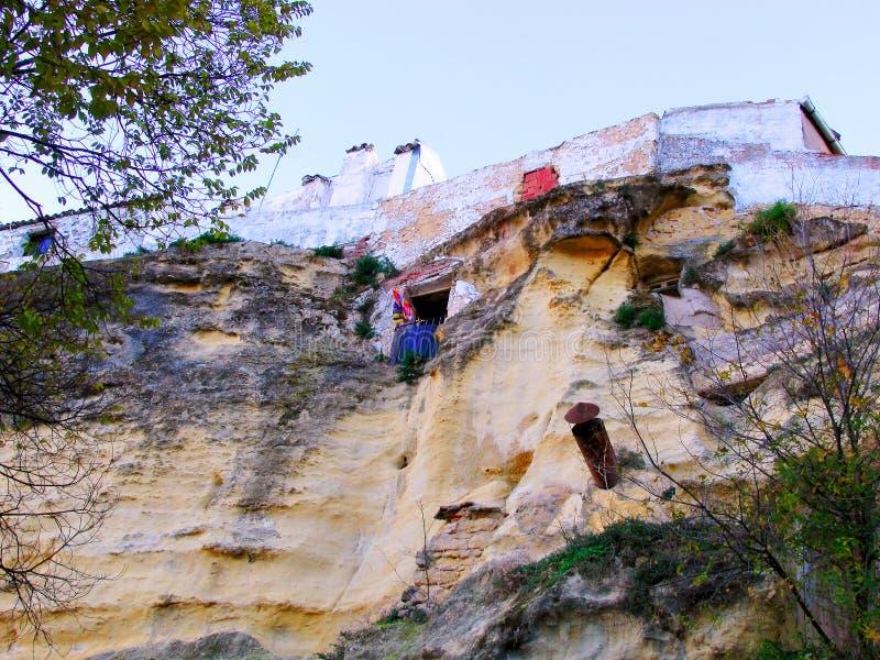 Häuser auf den Felsen des Berges im Dorf von Chiclana De Segura stockfotos