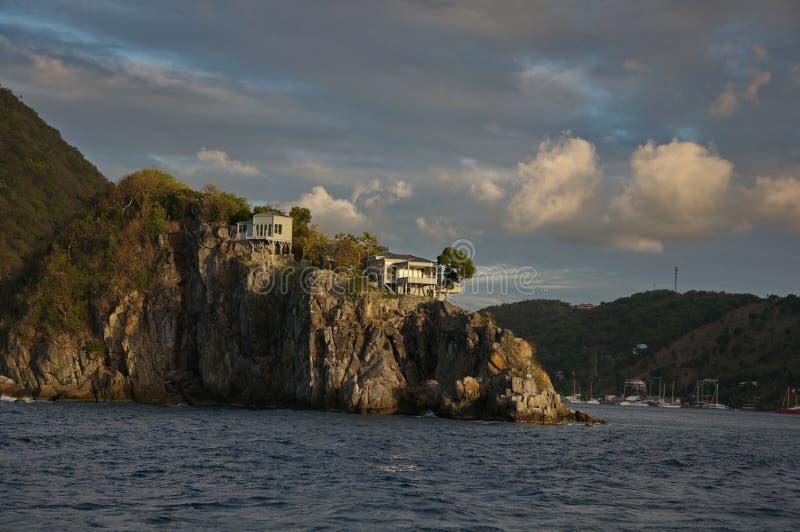 Häuser auf einem Felsen stockbild