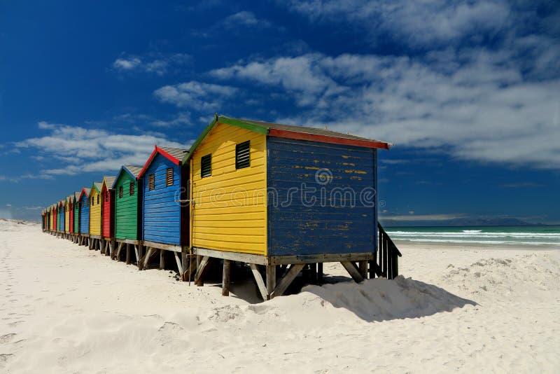 Häuser auf einem Strand in Cape Town stockfotos