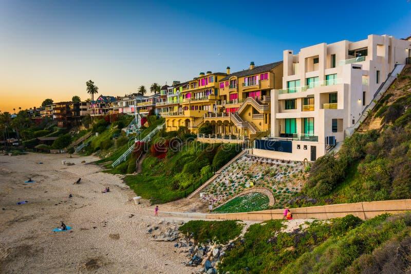 Häuser auf Klippen über Corona Del Mar State Beach lizenzfreies stockfoto