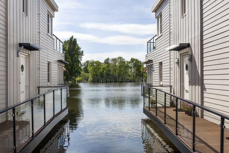 Häuser auf Stapel im Wasser lizenzfreie stockbilder