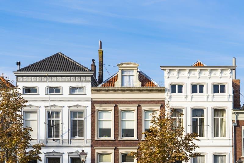 Häuser in der Straße nannten Wolwevershaven, Dordrecht, die Niederlande stockfotografie