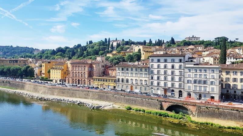 Häuser, die den der Arno-Fluss in Florenz, Italien gegenüberstellen stockbilder