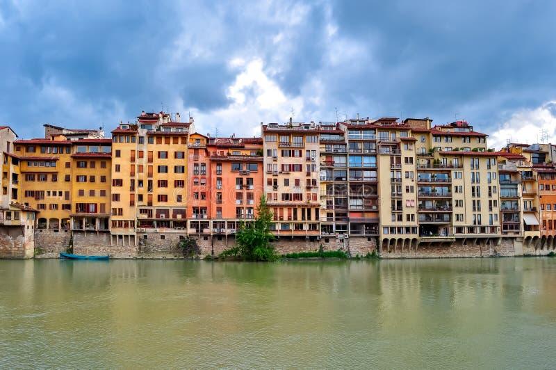 Häuser, die der Arno-Fluss, Florenz, Italien übersehen stockfotos