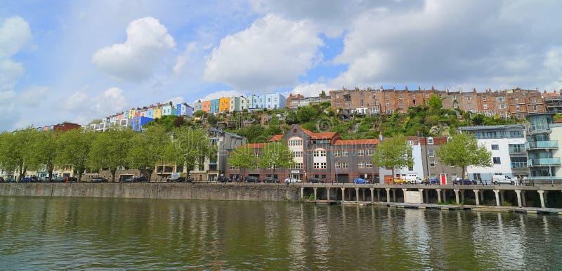 Häuser, die historischen Bristol-Hafen übersehen stockfotos