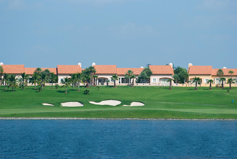 Häuser an einem Golfplatz stockfotografie