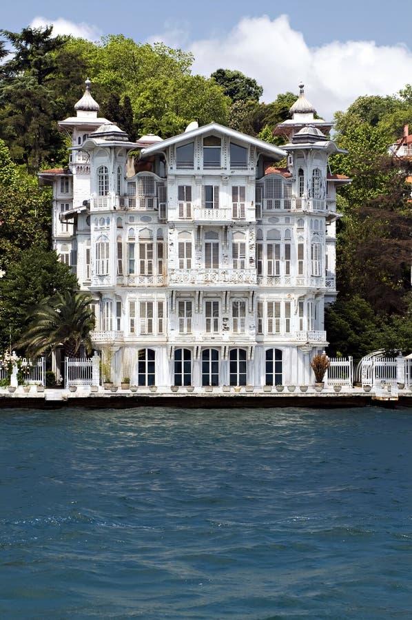 Häuser entlang dem Bosporus die Türkei lizenzfreie stockfotografie