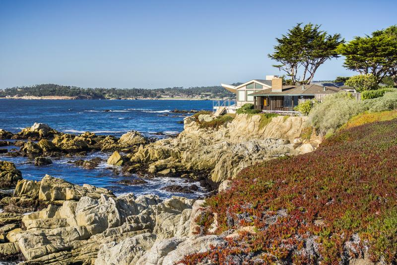 Häuser errichten auf den Klippen auf dem Pazifischen Ozean, Carmel-durch-d-Meer, Monterey Halbinsel, Kalifornien stockfotografie