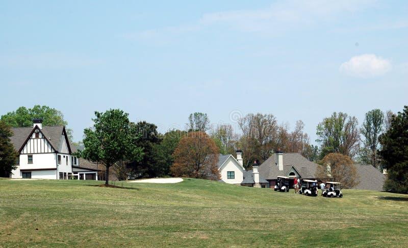 Häuser für Verkauf auf Golfplatz lizenzfreies stockbild