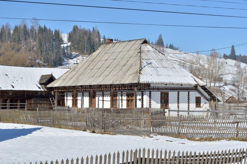 Häuser gemalt wie Ostereier, im Dorf Ciocanesti, Grafschaft Suceava, Rumänien lizenzfreie stockfotos