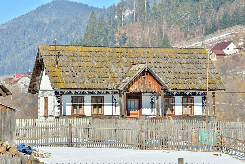 Häuser gemalt wie Ostereier, im Dorf Ciocanesti, Grafschaft Suceava, Rumänien stockbilder