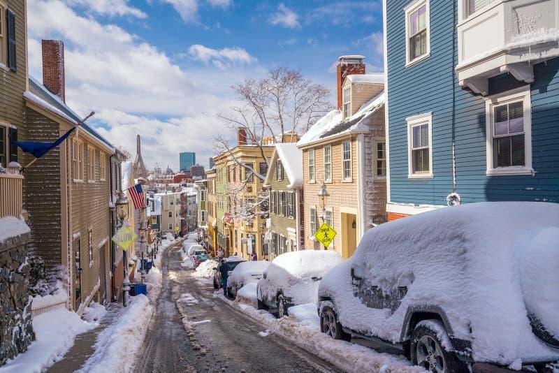 Häuser in historischem Bunker Hill-Bereich nach Schnee stürmen in Boston lizenzfreie stockfotos