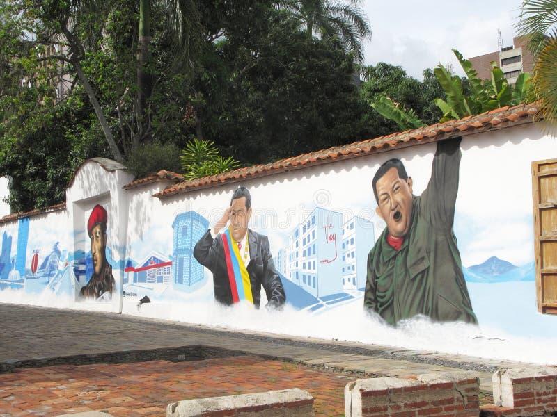 Häuser mit ehemaligen venezolanischen Graffiti Präsidenten Hugo Chavez lizenzfreie stockfotos