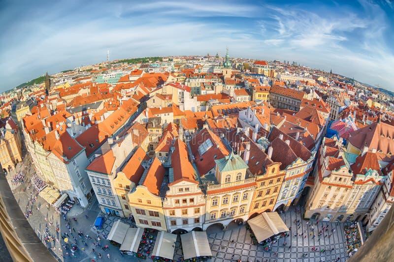Häuser mit traditionellen roten Dächern in altem Marktplatz Prags in der Tschechischen Republik Fisch-Auge Objektiv stockbilder