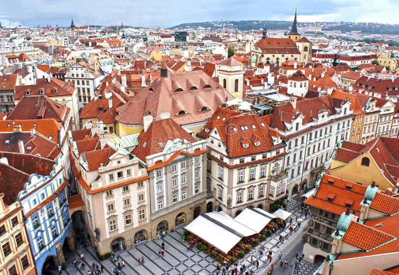Häuser mit traditionellen roten Dächern im alten Marktplatz in Prag lizenzfreies stockfoto
