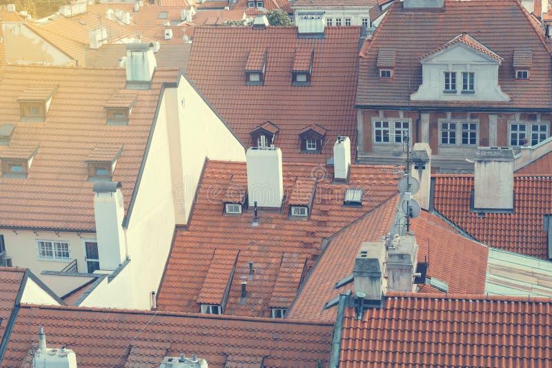 Häuser mit traditionellen roten Dächern mit Sonnenlicht in Bezirk Prags Mala Strana in der Tschechischen Republik lizenzfreies stockbild