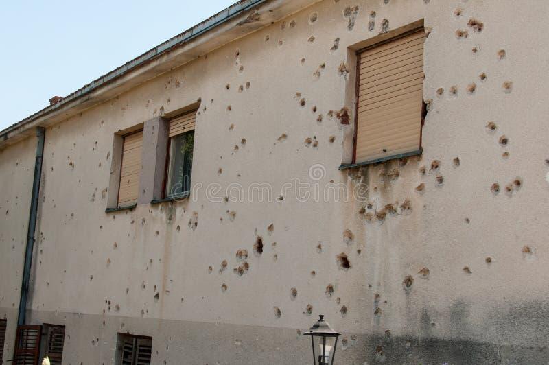 Häuser in Mostar in Bosnien Herzegovina, mit Löchern in den Wänden, verursacht durch den Konflikt lizenzfreie stockfotos