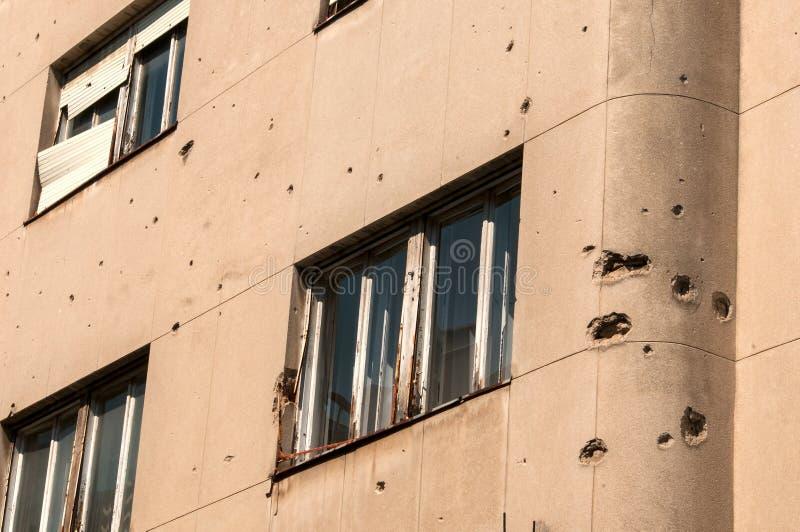 Häuser in Mostar in Bosnien Herzegovina, mit Löchern in den Wänden, verursacht durch den Konflikt stockbild