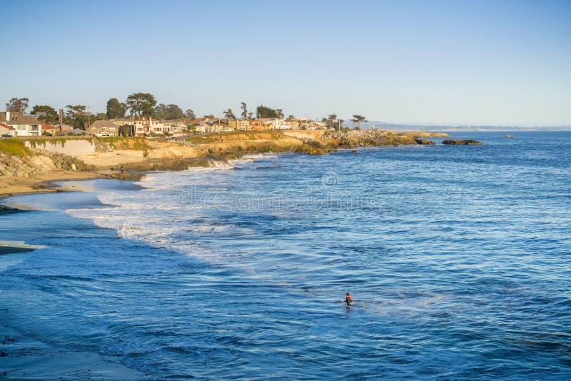 Häuser nah an der abgefressenen Küstenlinie des Pazifischen Ozeans, Santa Cruz, Kalifornien lizenzfreies stockfoto