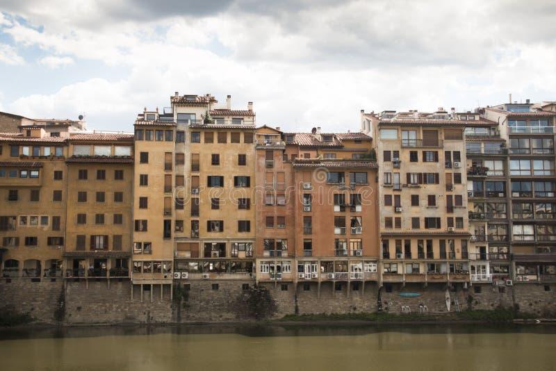 Häuser nahe dem der Arno-Fluss in Florenz, Italien lizenzfreies stockbild