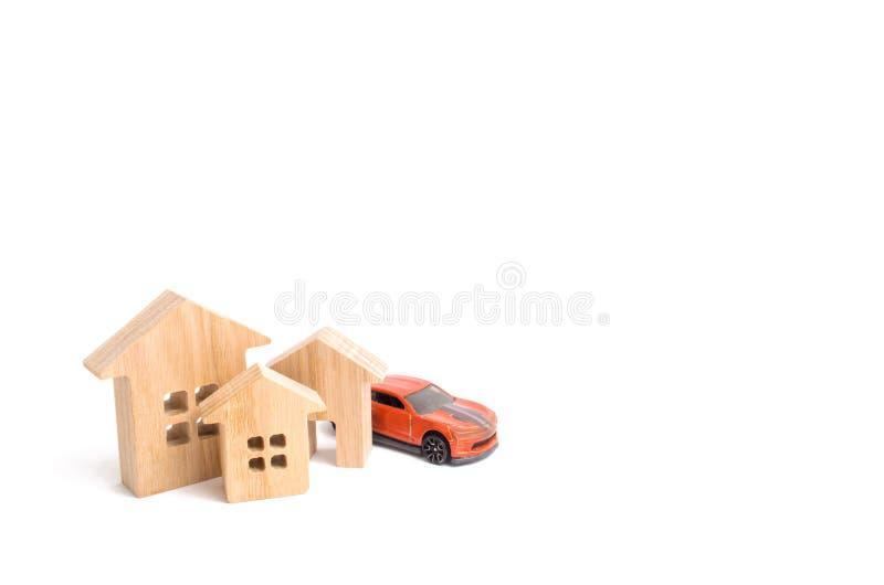 Häuser und Auto auf einem weißen Hintergrund Das Konzept des Erfolgs und der Erwerb von Immobilien und von Transport Kaufen eines lizenzfreie stockfotografie