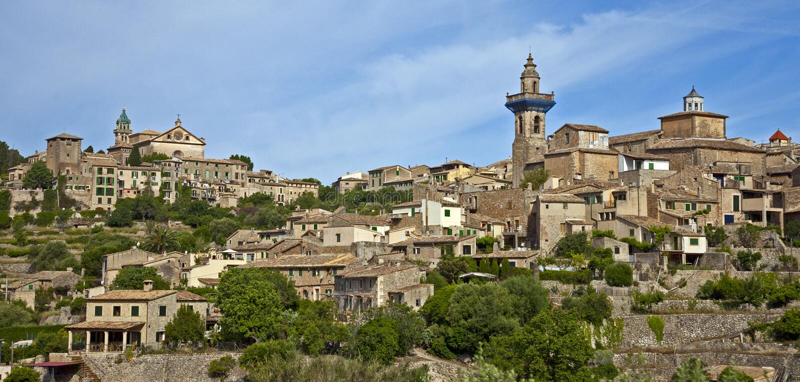 Häuser und Kirchen in Valldemosa stockfoto