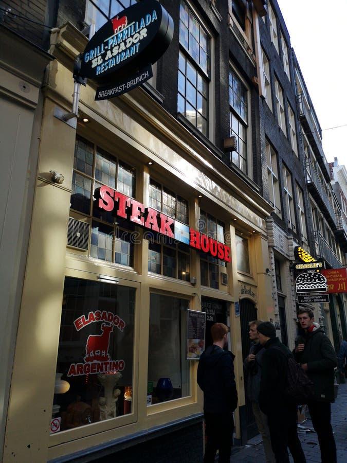 Häuser und Märkte von Amsterdam-Stadt, in Holland, die Niederlande Argentinisches Steakhaus in Amsterdam stockfoto