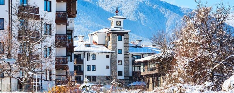 Häuser und Schneegebirgspanorama in Bansko, Bulgarien stockfoto