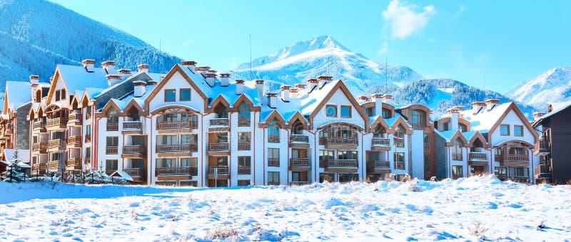Häuser und Schneegebirgspanorama im bulgarischen Skiort Bansko lizenzfreie stockfotos