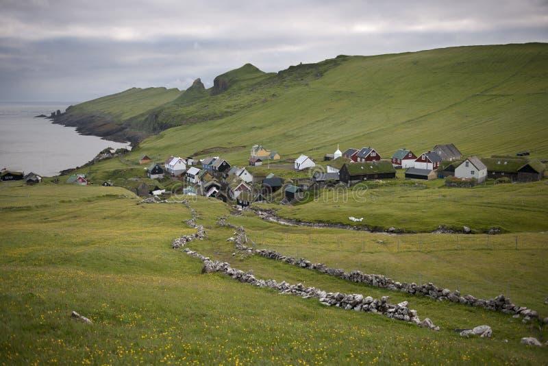Häuser und Steinwand im Dorf lizenzfreie stockbilder