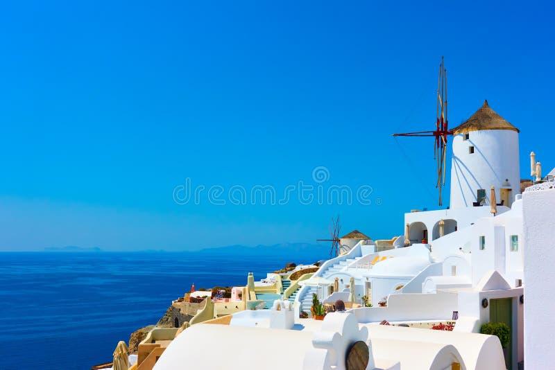 Häuser und Windmühlen in Santorini stockfotografie