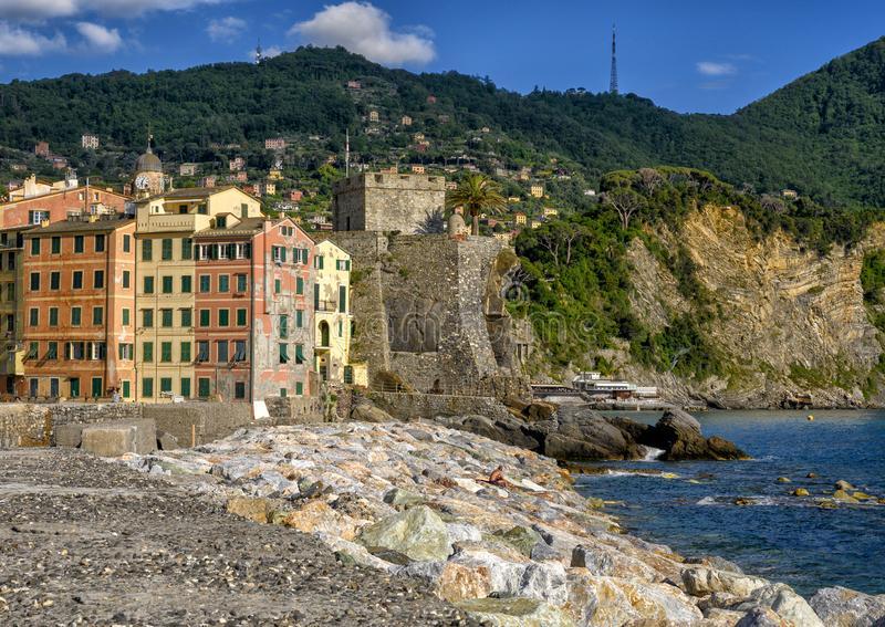 Häuser von Camogli und das Dragonara-Schloss entlang der Küstenlinie des Ligurischen Meers, Camogli, Italien stockfotografie