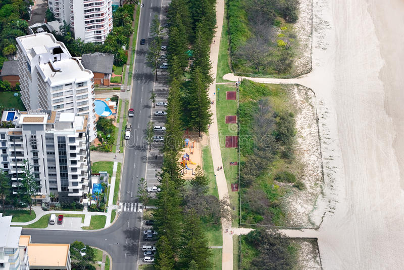 Häuser vor einem Strand lizenzfreie stockbilder