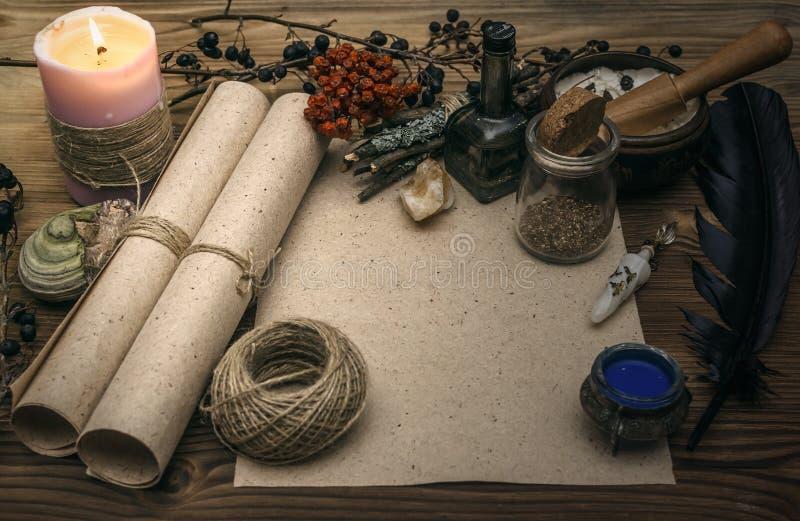 Häxadoktor shaman witchcraft Magisk tabell alternativt magasin för brunnsort för medicin för objekt för ginkgo för bambubadbiloba royaltyfria foton