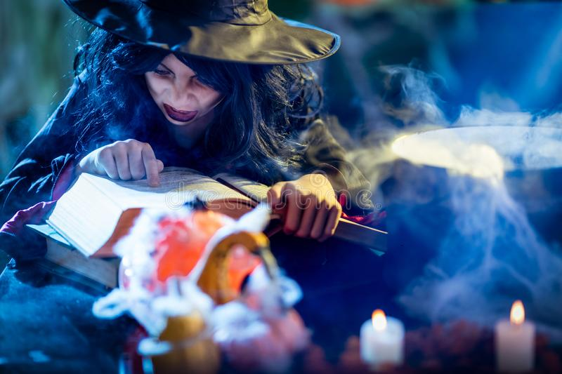 Häxan lagar mat magisk dryck arkivfoto