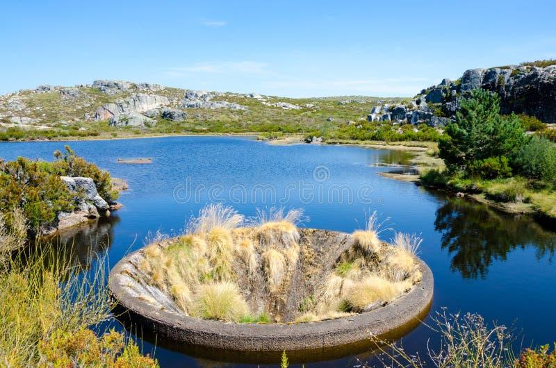 Hål av Covao DOS Conchos som är torrt, Serra da Estrela, Portugal royaltyfri bild