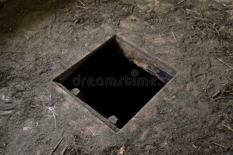Hål i golvet av det gamla huset som leder för att förvara i källare fotografering för bildbyråer