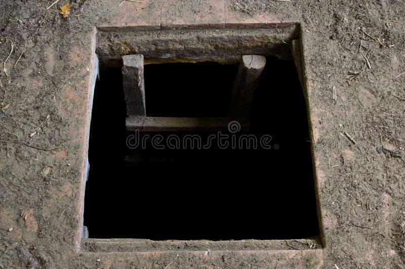 Hål i golvet av det gamla huset som leder för att förvara i källare royaltyfria foton