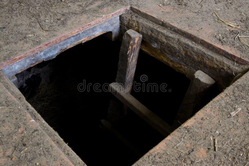 Hål i golvet av det gamla huset som leder för att förvara i källare royaltyfri foto