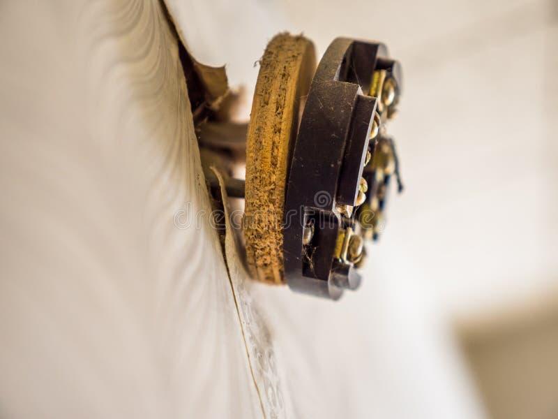 Hålighet för uttag för Closeupsikt bruten elektrisk på väggen arkivfoto