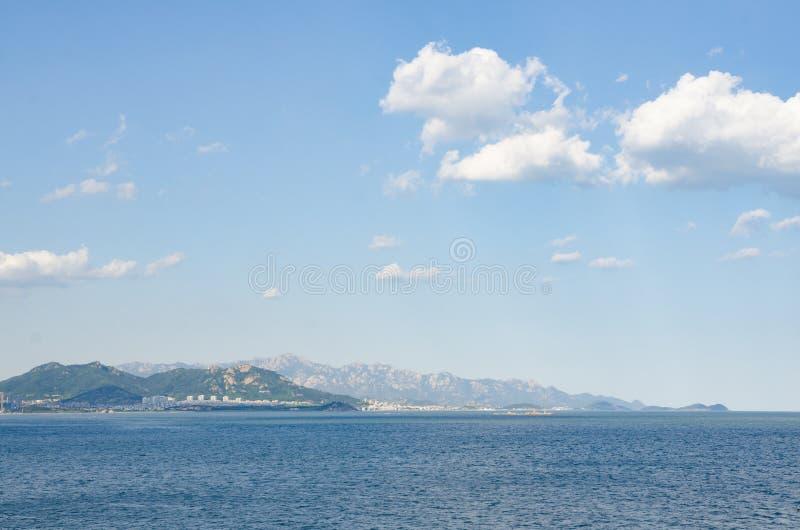 Håll ögonen på bergen nära havet i avståndet royaltyfri fotografi